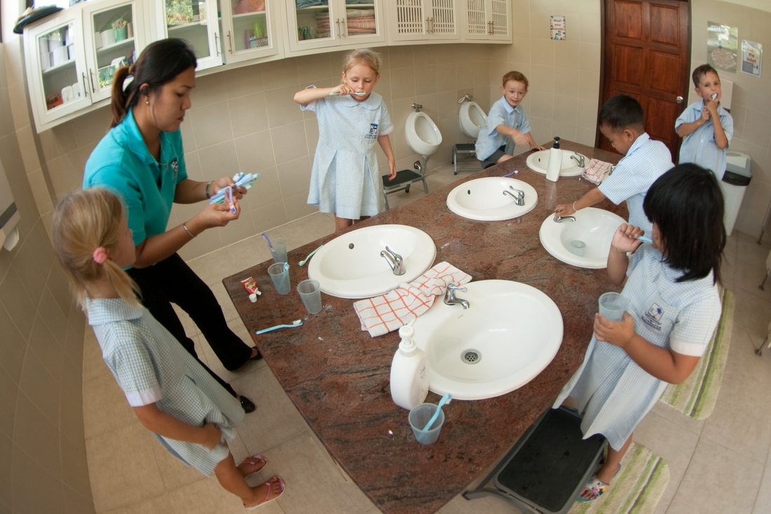 Children brush their teeth in kindergarten