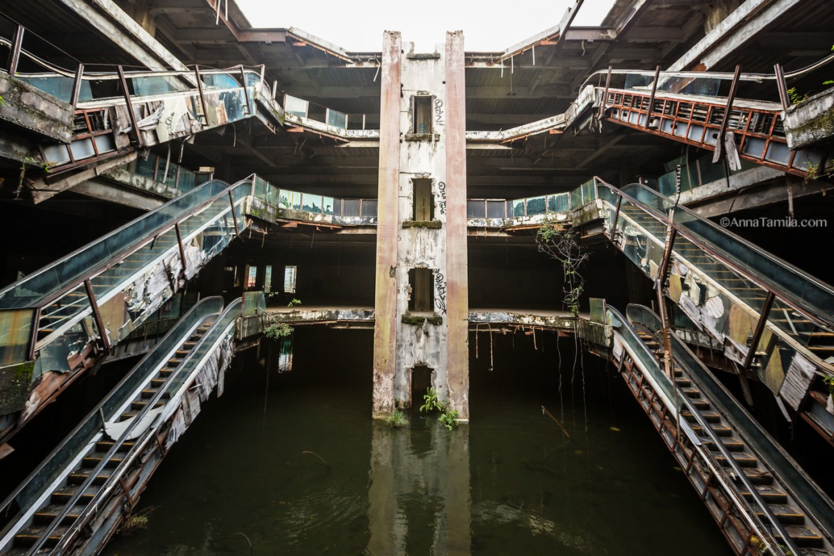 Abandoned shopping mall New World with fish in Bangkok (7)