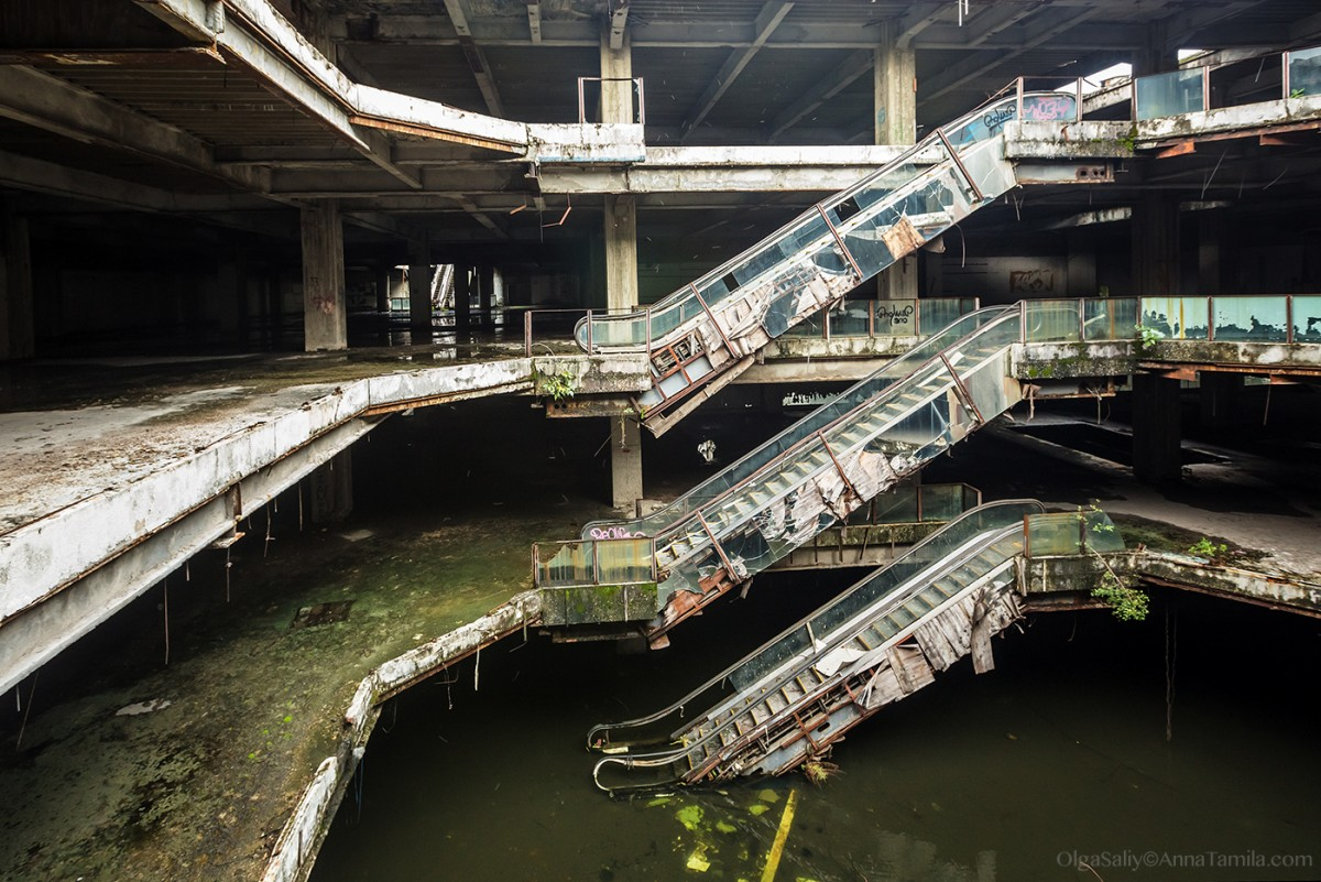 Abandoned shopping mall New World with fish in Bangkok (1)
