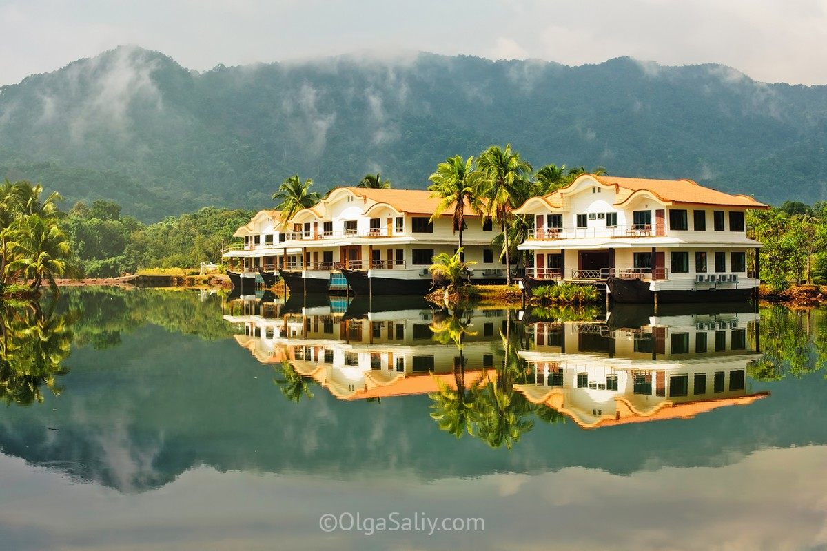 Beautiful houses on a tropikal mountain lake