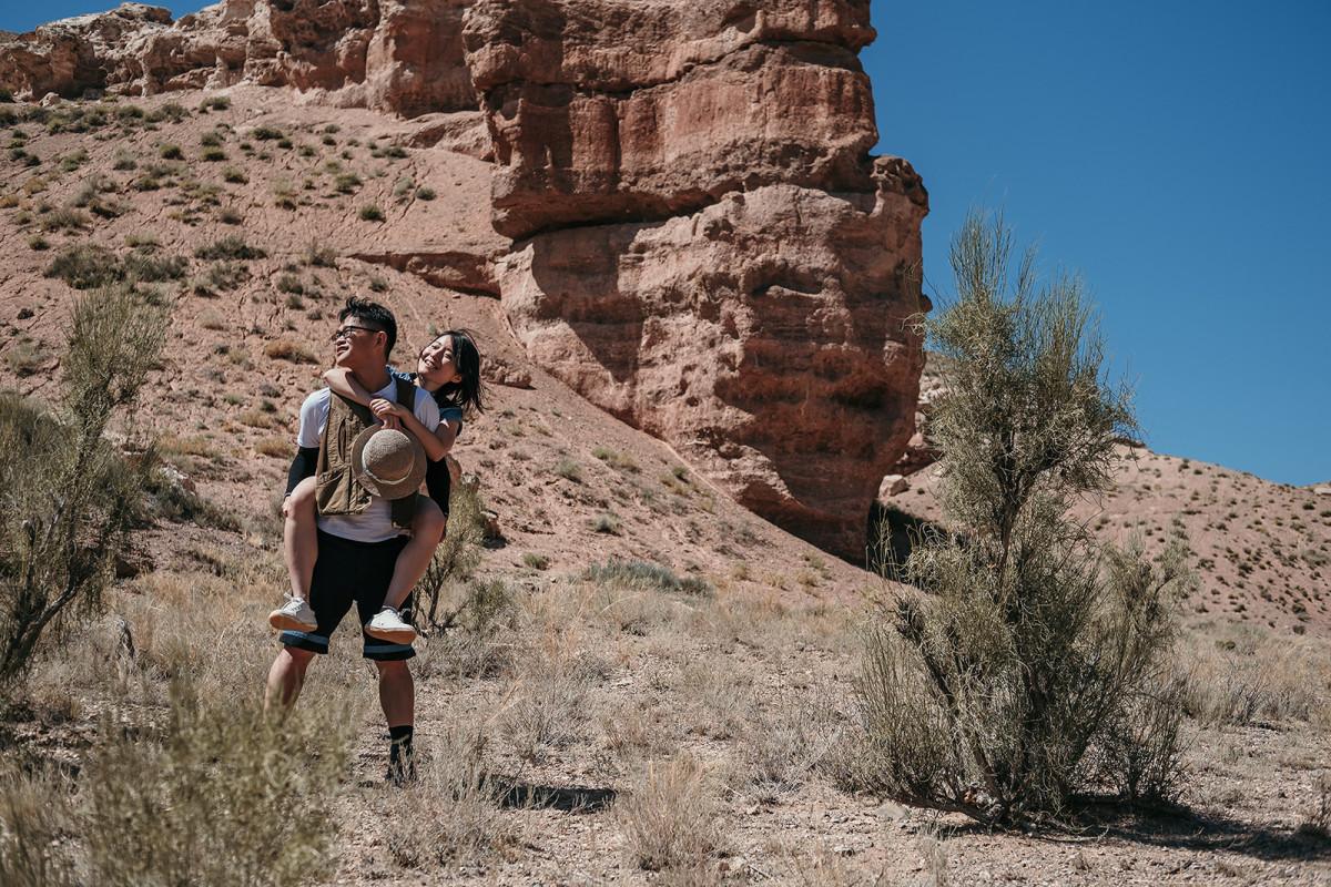 Prewedding trekking, Charyn canyon in Kazakhstan